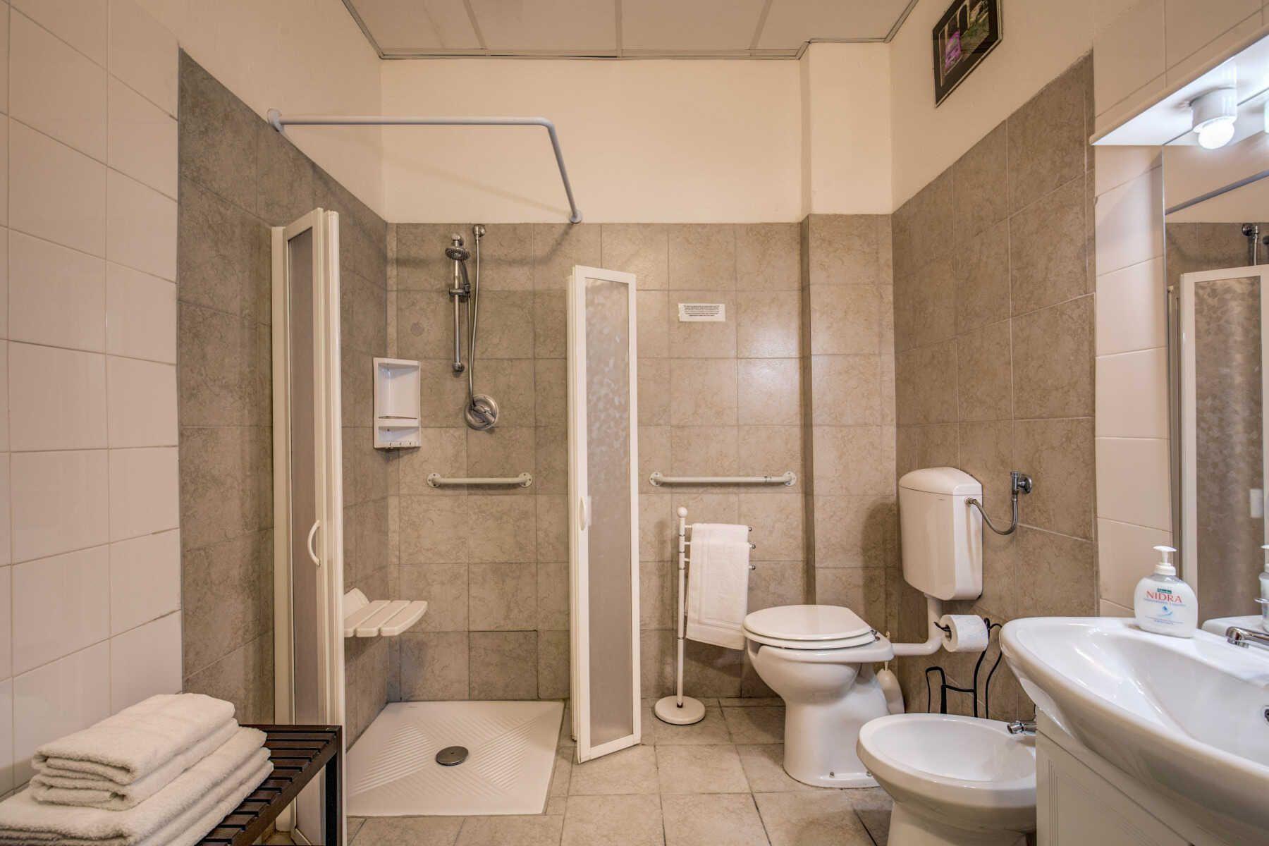 Casa vacanze per disabili comfy at the colosseum roma - Altezza prese elettriche bagno ...